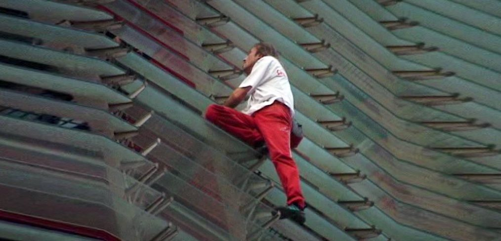 Alain Robert escala la Torre Agbar Barcelona